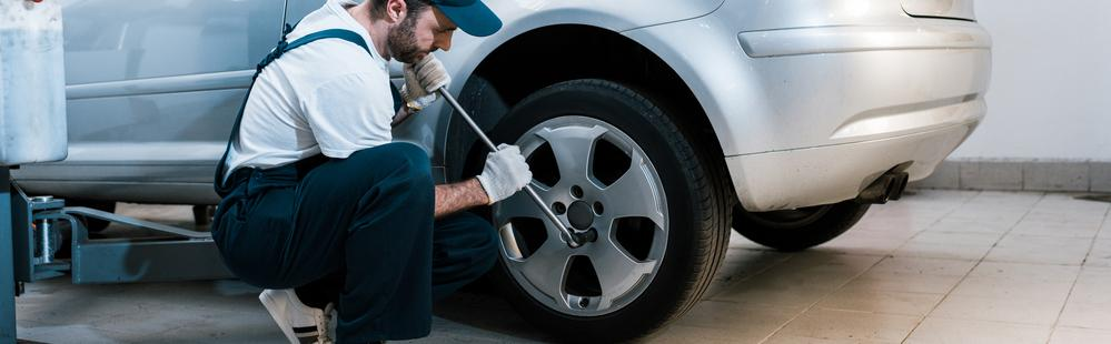 Loosen lug nuts to change your tyre